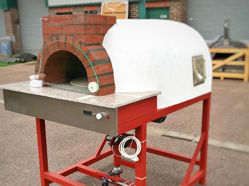 Pizza oven with rotating coocking floor